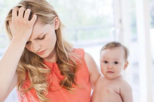 Молодая женщина с ребёнком на руках
