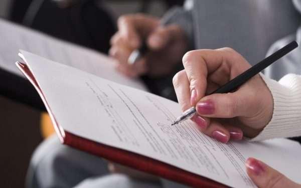 Женщина заполняет документ