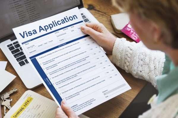Анкета на визу в руках у женщины