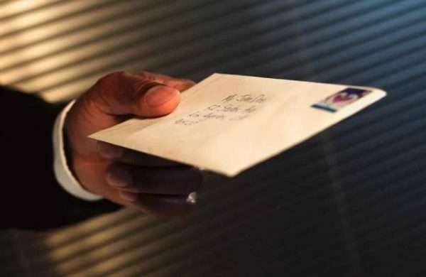 Почтовый конверт в руке