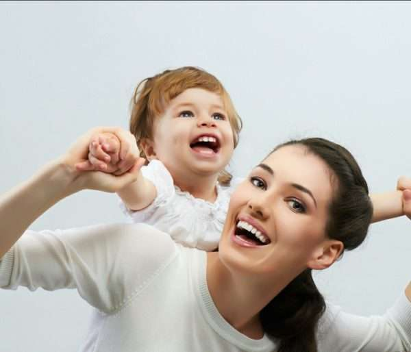 Ребёнок на плечах матери