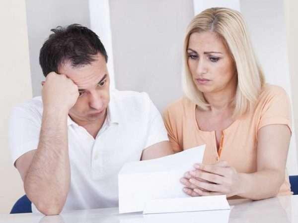 Мужчина и женщина с документом