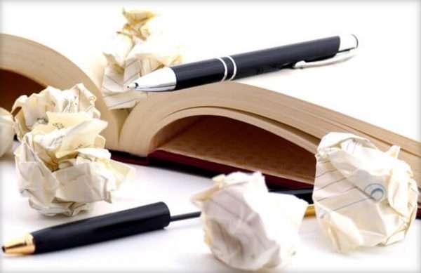 Скомканные листы и блокнот