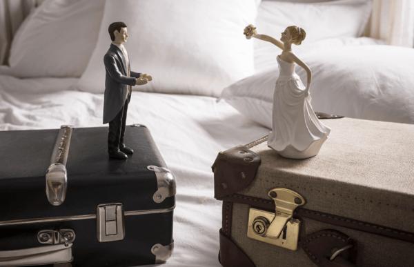 Два чемодана и куклы, символизирующие жениха и невесту