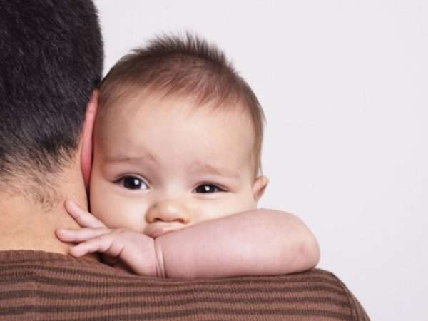 Малыш на руках у папы