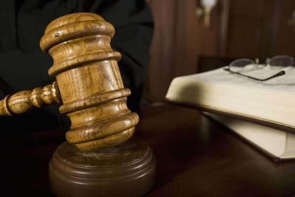 Судейский молоток в зале суда