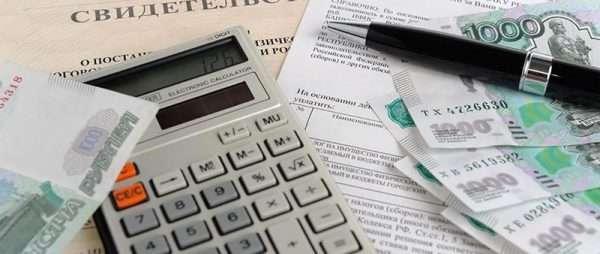 Калькулятор, деньги, ручка и документы