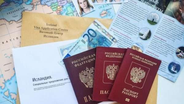 Паспорта и документы с брошюрами об Исландии