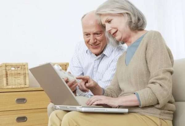 Пенсионеры с компьютером