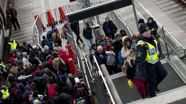 Беженцы на лестнице с полицией