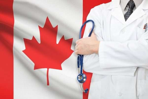 Врач и канадский флаг