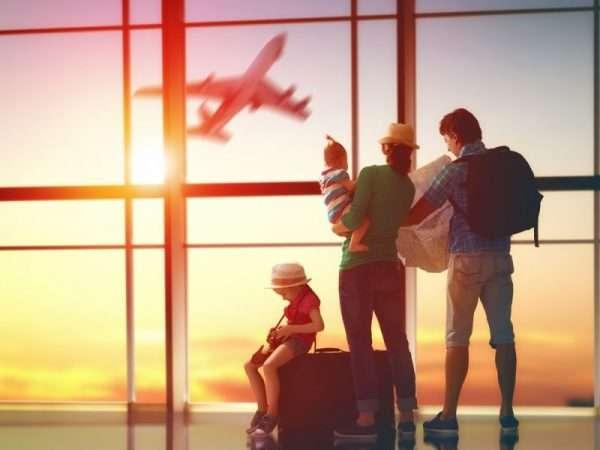 Дети с родителями в аэропорту