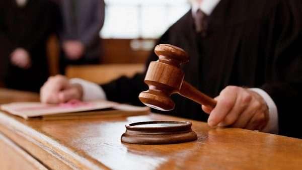 Судебный молоток в руке