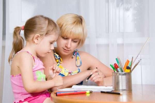Мать учит дочку рисовать
