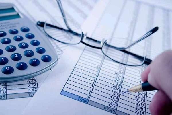 Очки, калькулятор и счета