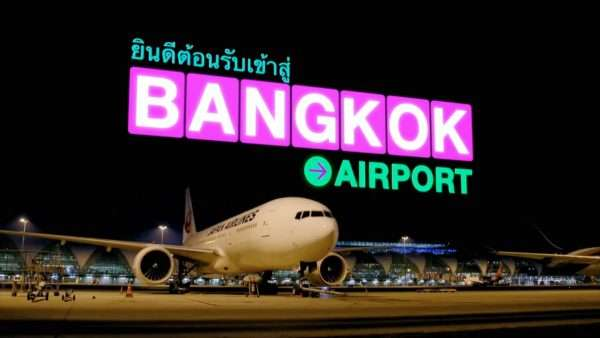 Самолёт и надпись «Аэропорт Бангкока»