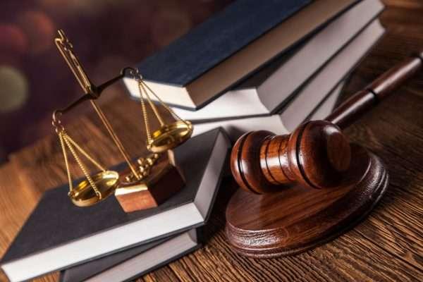 Юридическая литература, судейский молоток и весы как атрибут богини правосудия