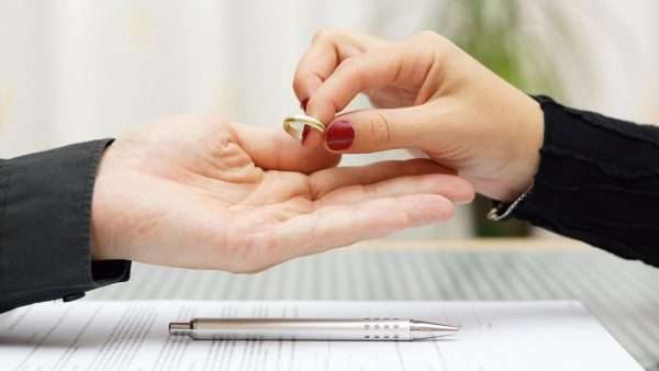 Женщина передаёт мужчине кольцо