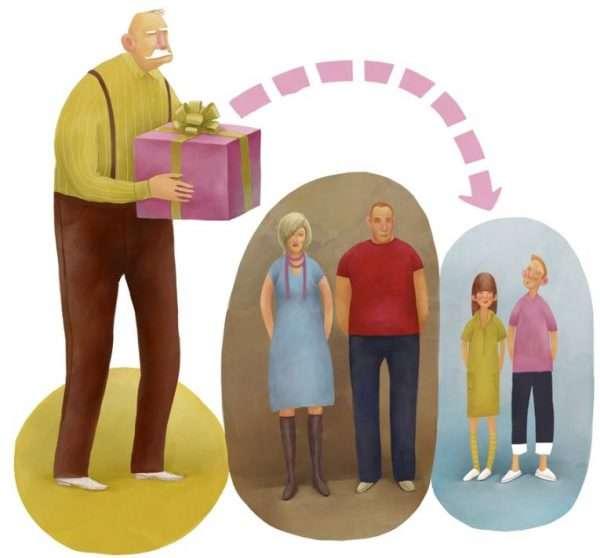 Дедушка передаёт коробку внукам мимо их родителей
