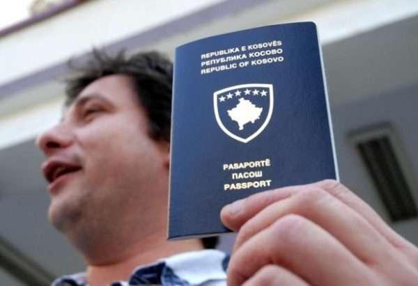 Мужчина с паспортом Косово