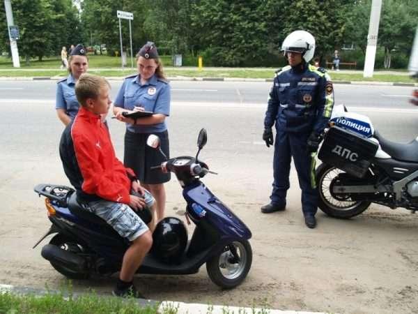 Полиция остановила малолетнего скутериста