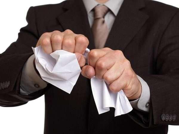 Человек рвёт бумагу