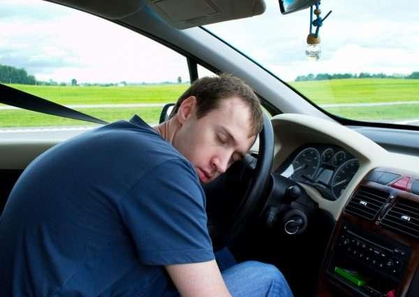 Мужчина с закрытыми глазами в машине