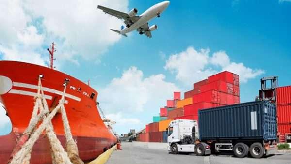 Самолет, грузовик и корабль на погрузочном пункте