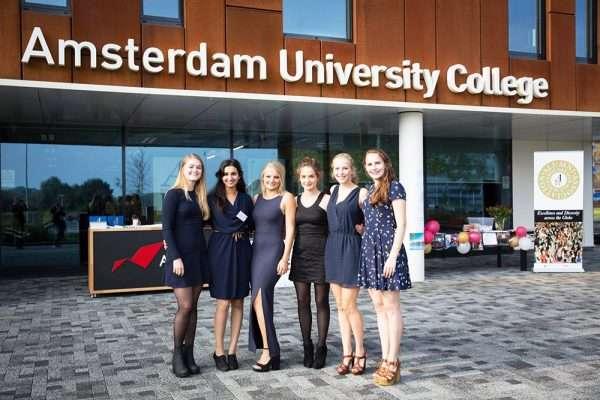 Девушки на фоне Амстердамского университетского колледжа