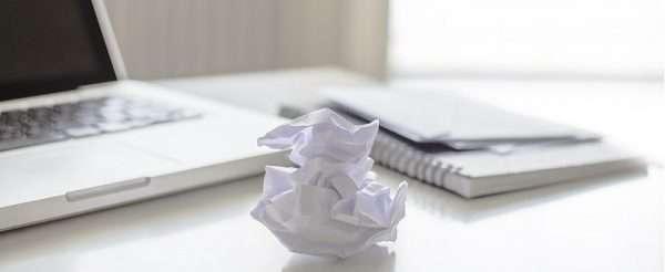 Скомканный лист и ноутбук
