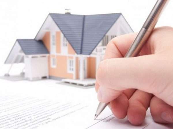 Игрушечный домик и подписание документа