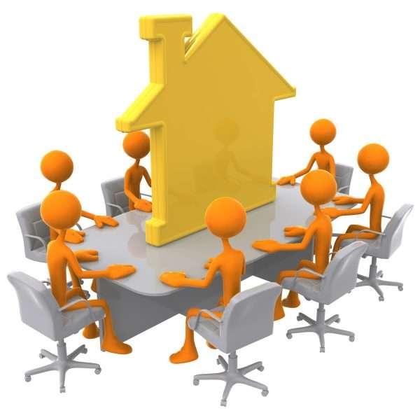 Схематичные человечки за столом, на котором стоит домик
