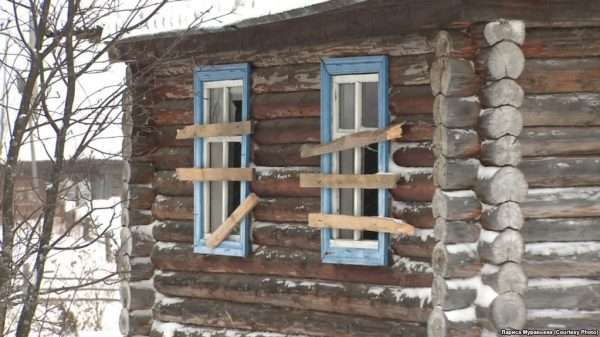 Деревенский дом с забитыми окнами
