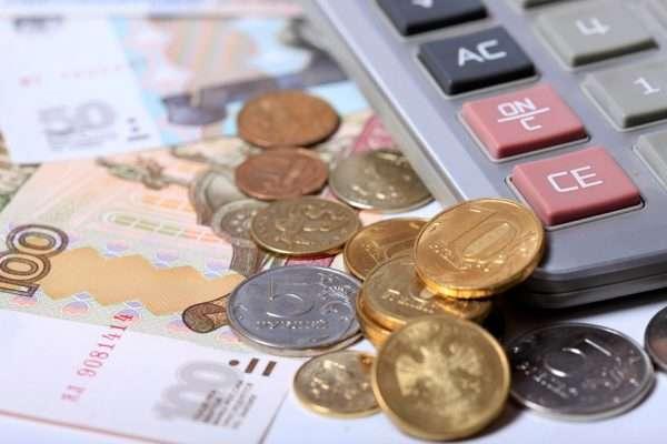 монеты, банкнота, калькулятор