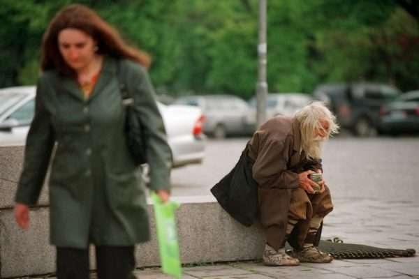 Нищий старик и проходящая женщина