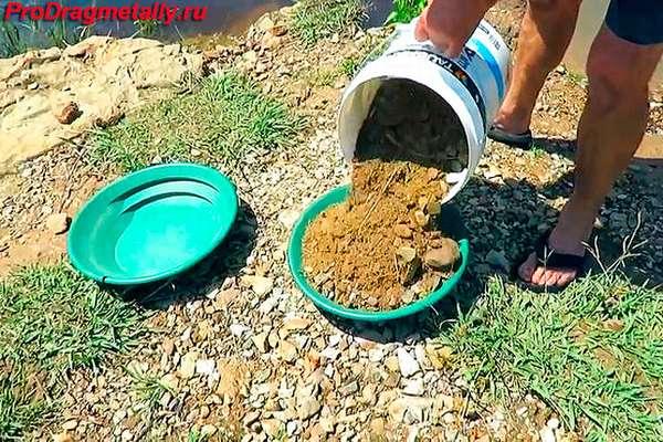 Поиск золота в песке