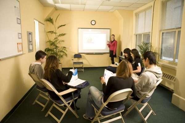Студенты и преподаватель в аудитории