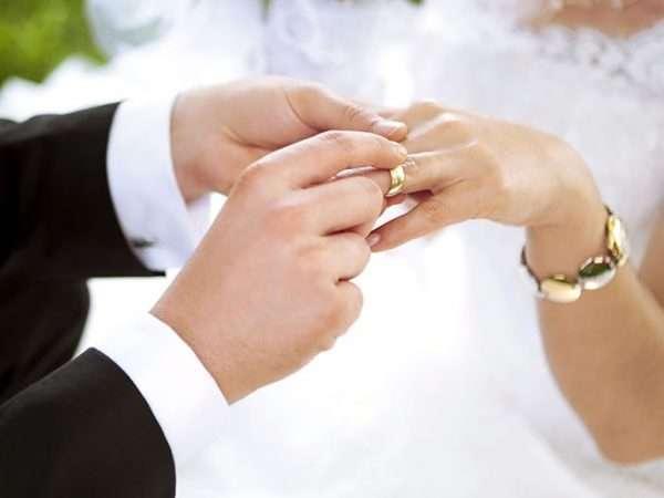 Мужские руки надевают кольцо на женскую руку
