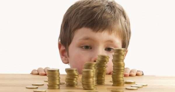 Ребёнок и стопки монет
