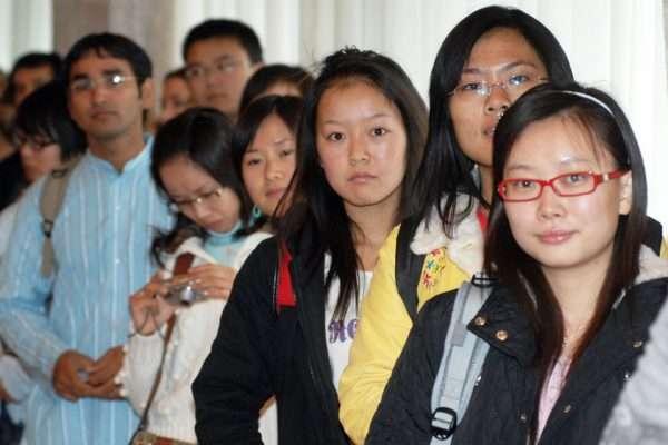 Молодёжь азиатской внешности