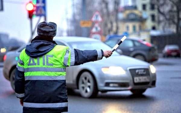 Сотрудник ГИБДД остановливает автомобиль