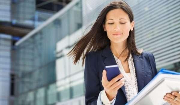Девушка с документами и телефоном