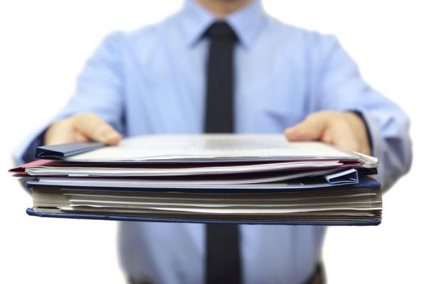 Пакет документов в руках у мужчины