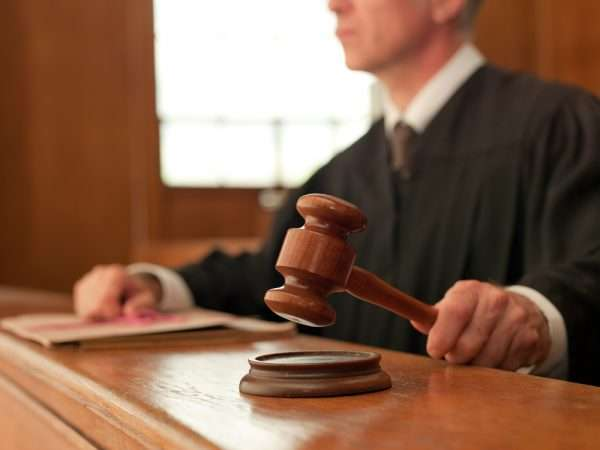 Судья с молоточком