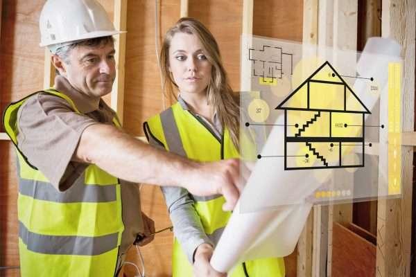 Проектировщик и владелец рассматривают план помещения