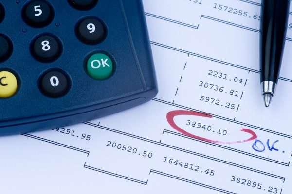 Калькулятор, ручка и платёжный документ