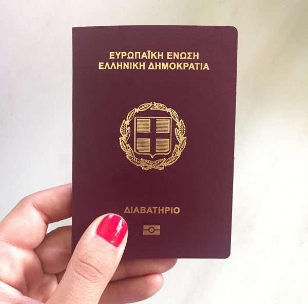 Паспорт Греции в руке