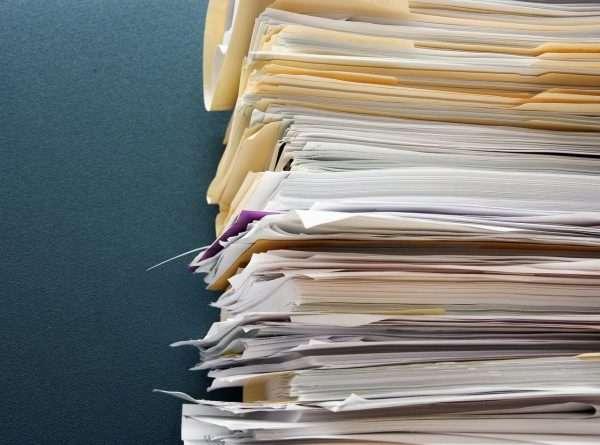Кипа документов крупным планом